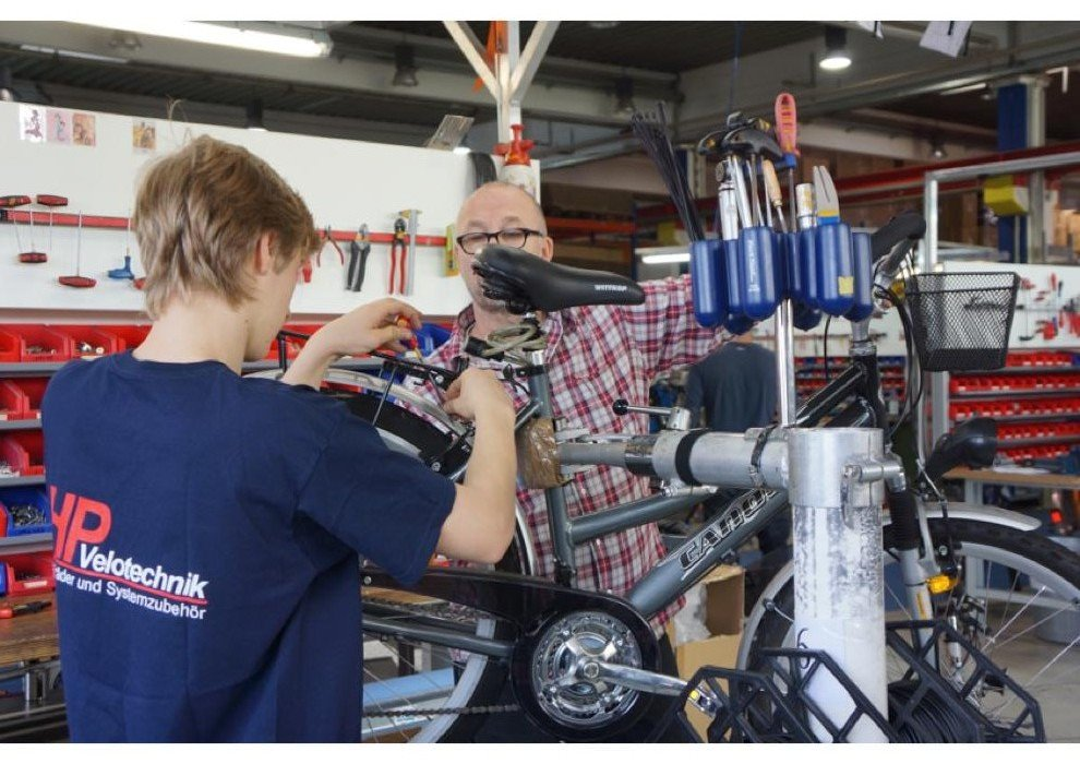 Montageleiter Harald Heckmann zeigt Azubis Zweiradtechnik Foto: Lydia Rauh Urheberrechte HP Velotechnik - mit freundlicher Genehmigung