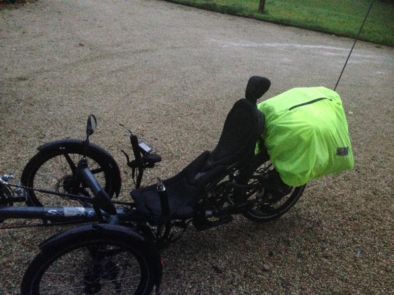 Kleidersack mit Regenüberzug auf dem Gepäckträger am Fahrrad